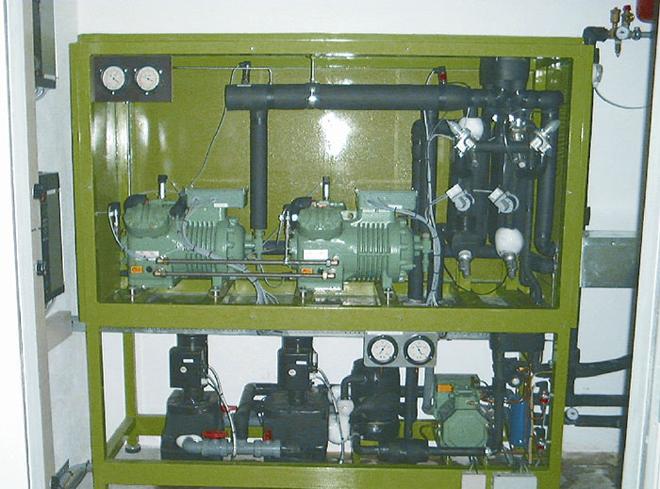 Каскадная низкотемпературная холодильная машина с поршневыми компрессорами Битцер. Первый каскад на R290 (пропан), второй - на R744 (СО2).
